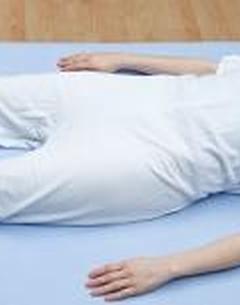 Grenouillère jambes courtes avec manches et zip à l'entrejambe