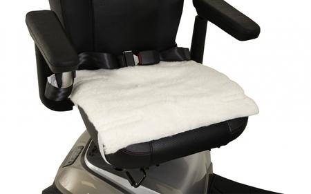Assise en peau de mouton pour fauteuil roulant ou scooter